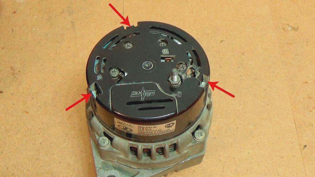 Снятие задней пластиковой крышки с генератора