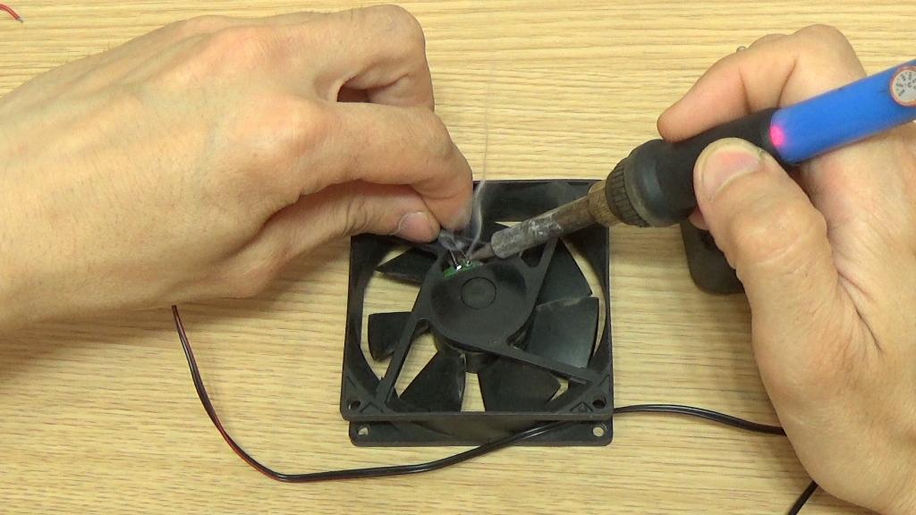 Припаиваем провода к вентилятору от блока питания