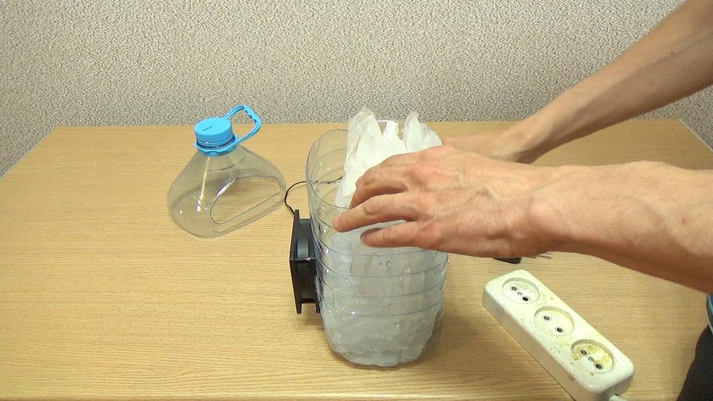 Укладываем пакеты со льдом в кондиционер