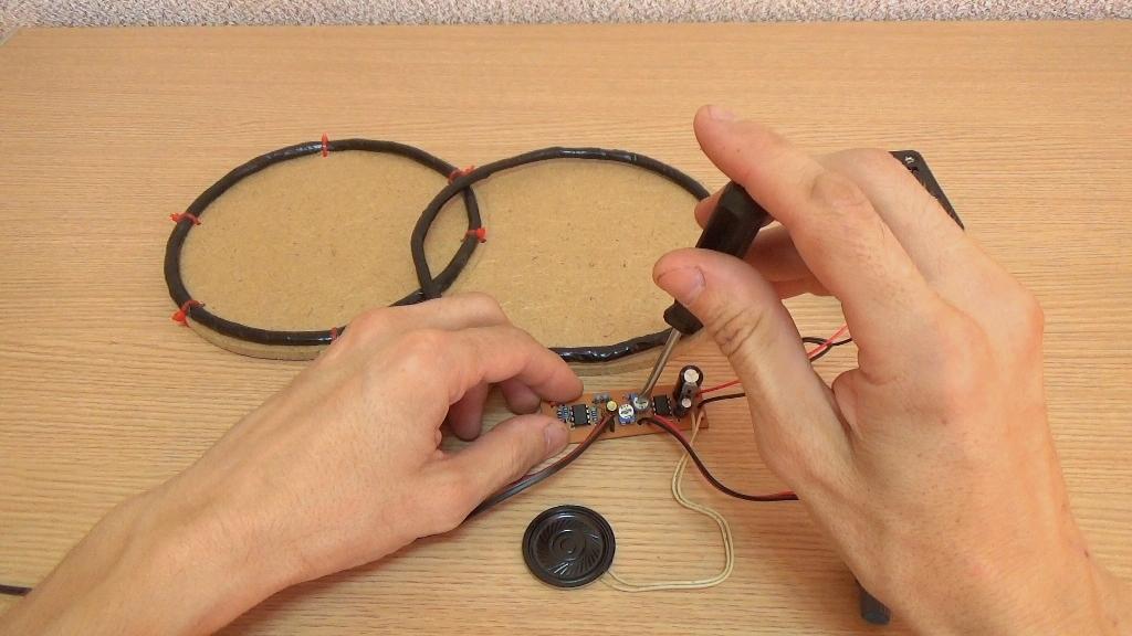Переменным резистором Р1 добейтесь максимально устойчивого потрескивания