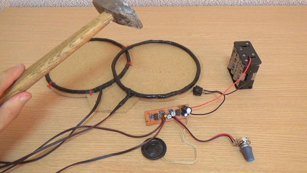 Поднесите металлический предмет к месту соединения двух катушек, в динамике будет слышен громкий писк
