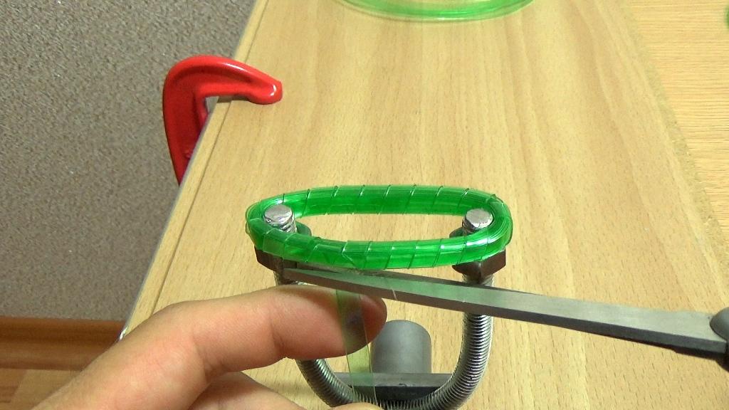 Лишнюю часть ленты отрежьте ножницами как можно короче
