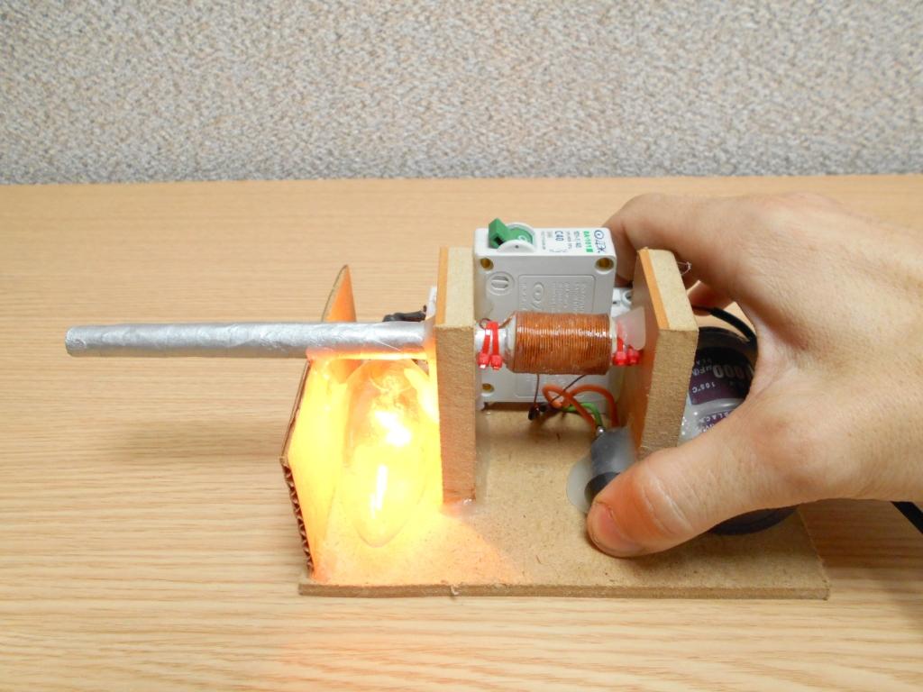 """Нажимаем кнопку """"Заряд"""" как только лампочка потухнет, значит конденсатор полностью зарядился"""