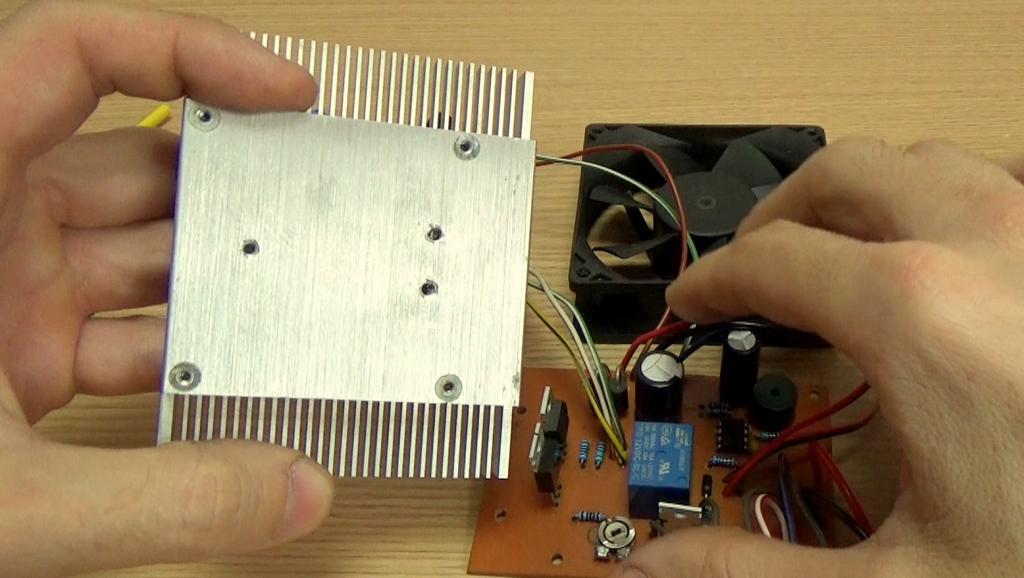 Просверлите отверстия в радиаторе для крепления транзисторов