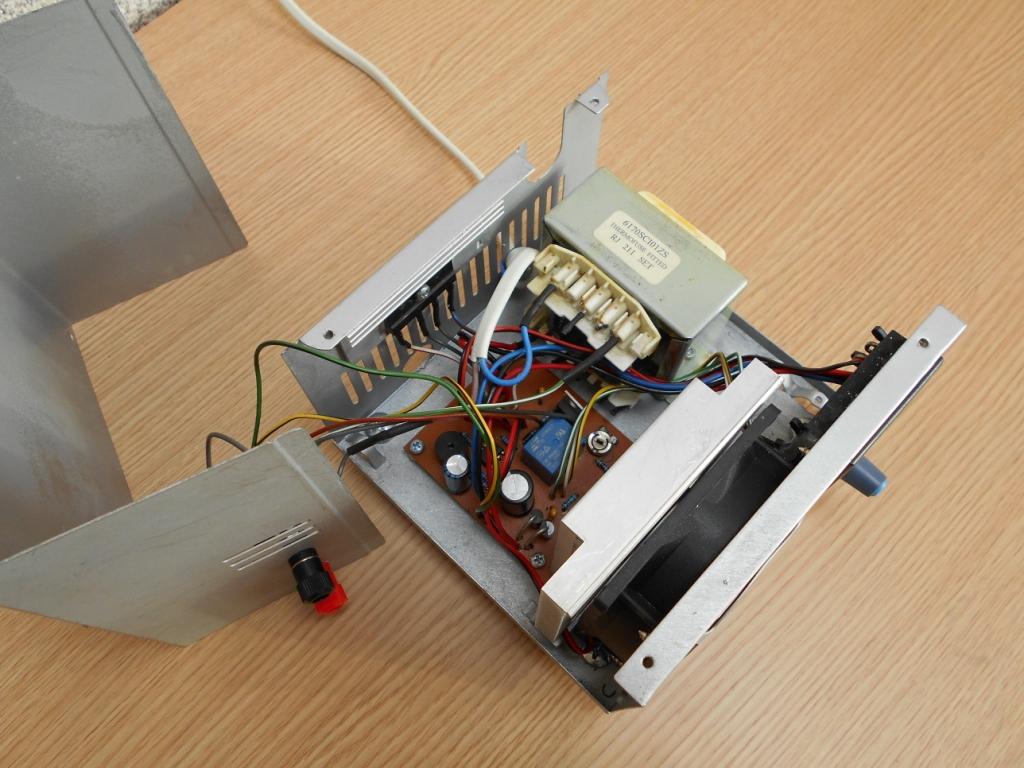 Все компоненты лабораторного блока питания легко помещаются в корпусе от компьютерного блока питания