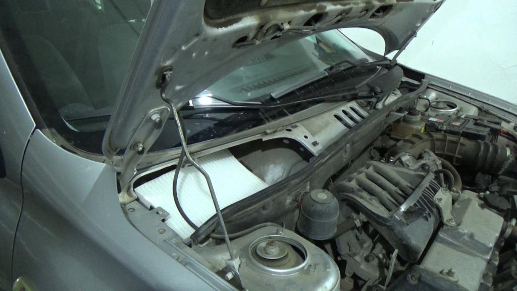 Замена салонного фильтра Лада Гранта ставим фильтр на место и защелкиваем пластиковые защелки