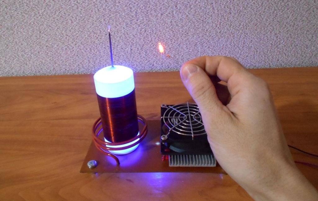 Катушка Тесла или качер Бровина. Стример 15 мм и неоновая лампочка.