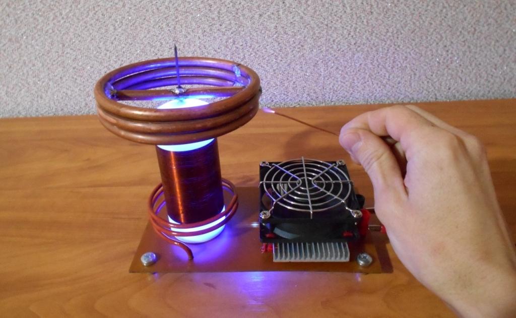 Катушка Тесла или качер Бровина. Из медной в проволоки находящейся рядом с торроидомпоявляется стример длиною 15 мм