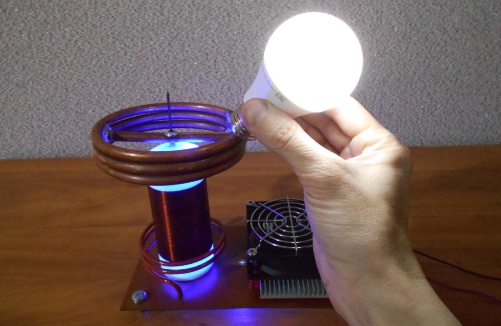 Катушка Тесла или качер Бровина. Свечение светодиодной лампы на 220 вольт.