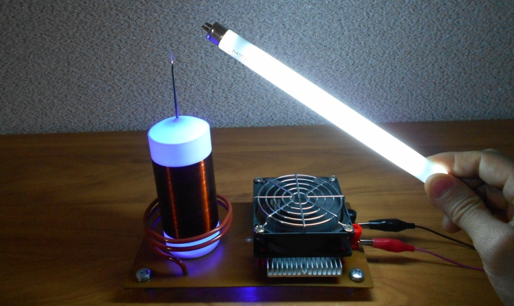 Катушка Тесла или качер Бровина. Свечение трубчатой люминесцентной лампы на 220 вольт.