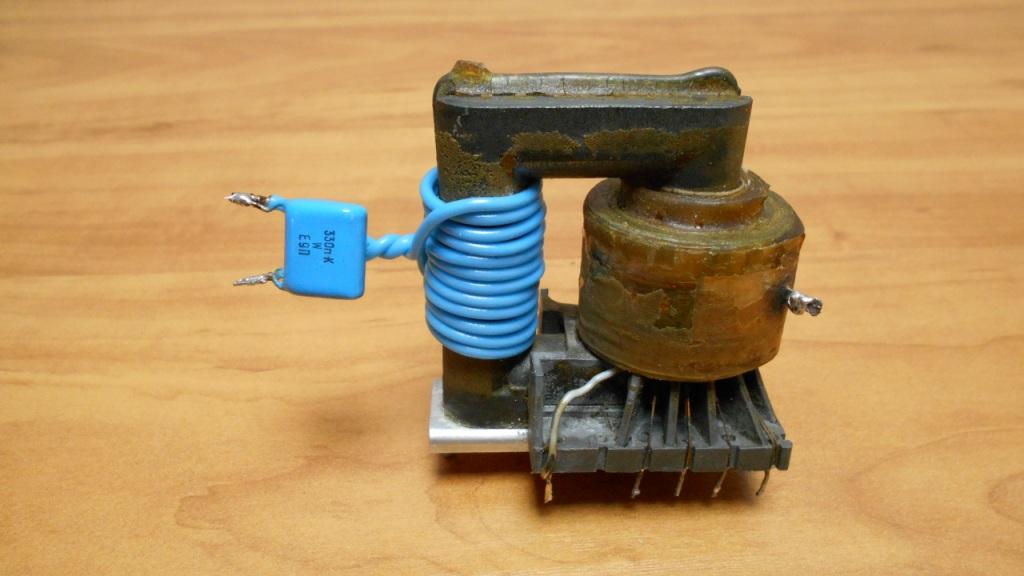 Строчный трансформатор с намотанной первичной обмоткой и увеличивающим дугу конденсатором