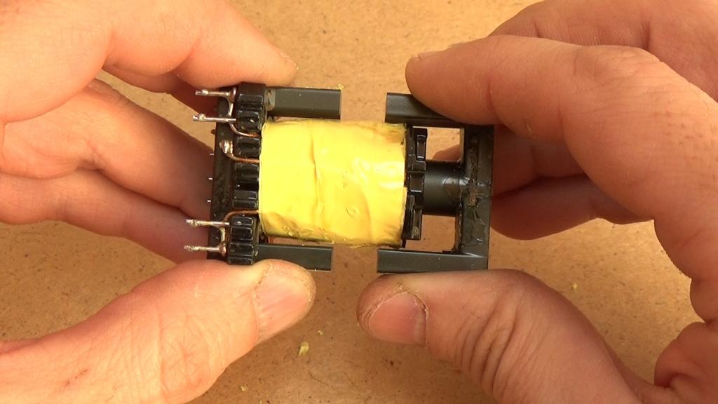 Извлекаем ферритовый магнитопровод из каркаса
