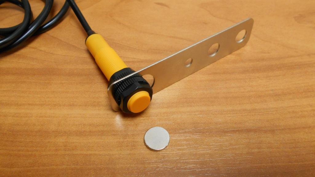 Герконовый датчик для счетчика с крепежной пластиной пластиной и неодимовым магнитом