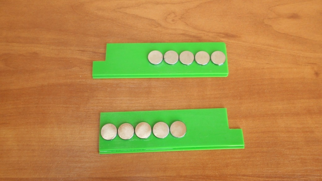 Две линейки с приклеенными супер клеем неодимовыми магнитами
